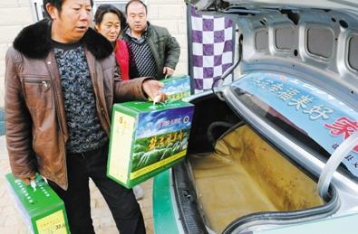 朱玉/朱玉合把精装羊肉托送给订货商。